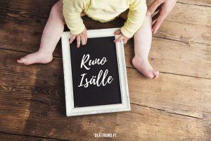 Runo isälle kuvassa on taulu jossa teksti ja vauva